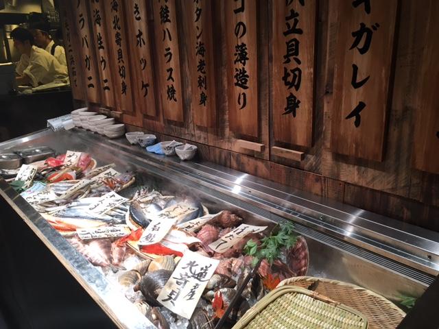 北海道ならではの、新鮮な魚介類が所狭しと並んでいます。